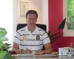 HP Jan P. Juette im Sprechzimmer